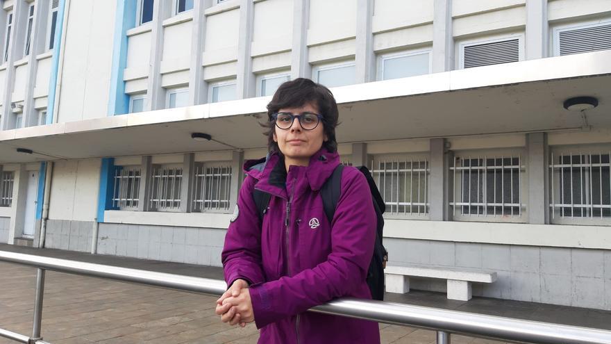 Mónica Morales, detrás el colegio concertado en el que estudia, en Arrasate-Mondragón