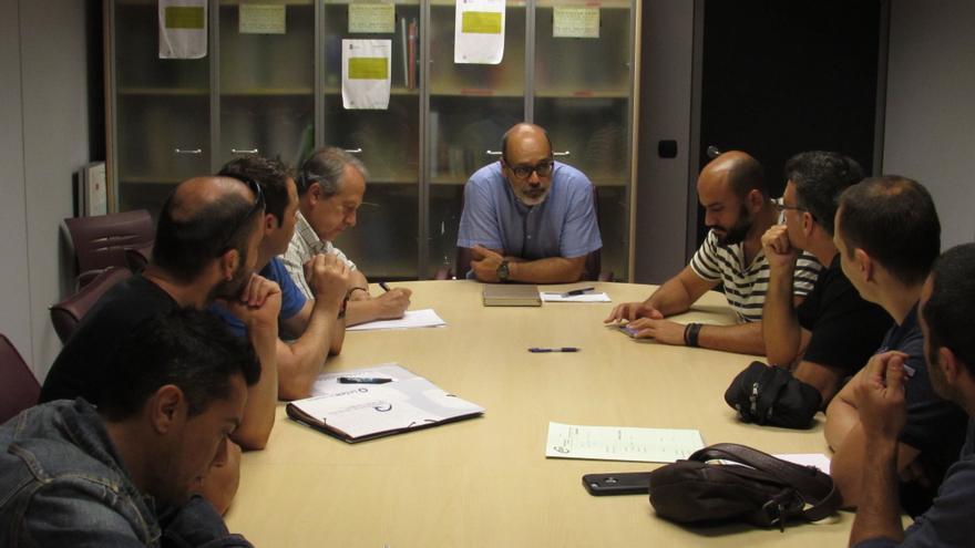 El consejero de Emergencias del Cabildo de Gran Canaria, Juan Manuel Brito, reunido con el comité de huelga del Consorcio de Emergencias de Gran Canaria.