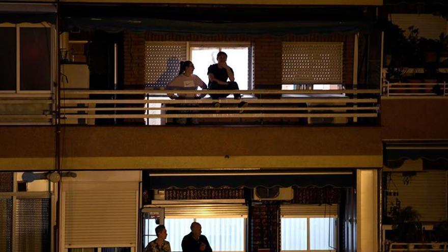 Los españoles dan las gracias a los sanitarios desde ventanas y balcones