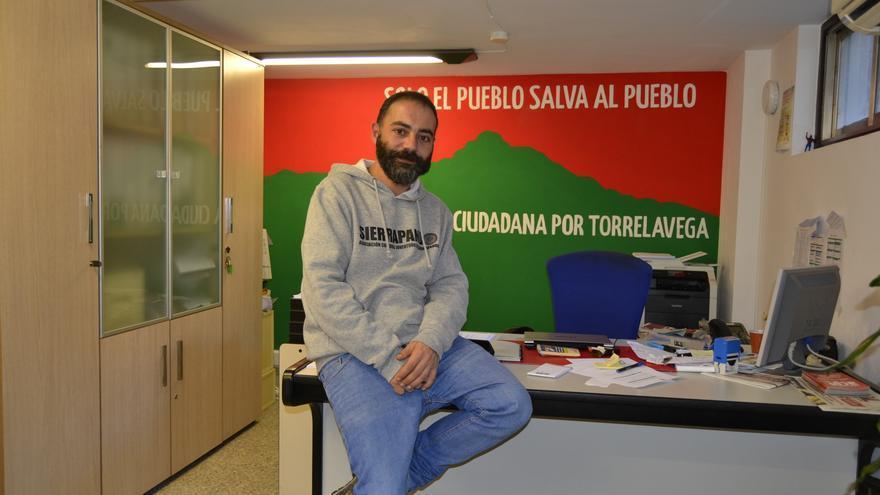 Iván Martínez en las dependencias de ACPT en el Ayuntamiento de Torrelavega.   R.V.