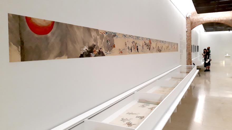 En la pared: imagen de un rollo con 'El desfile nocturno de los 100 demonios' como guía para comprobar su extensión