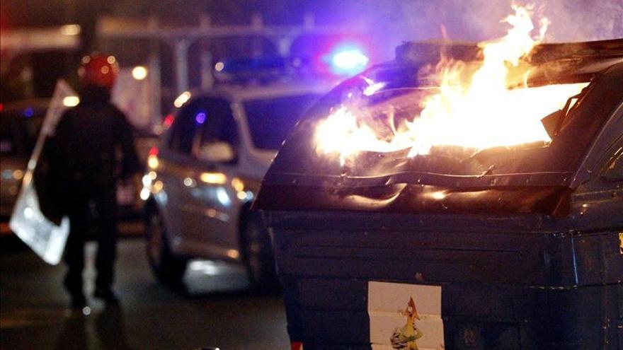 Un incendio intencionado de contenedores afecta a cinco vehículos en Leioa