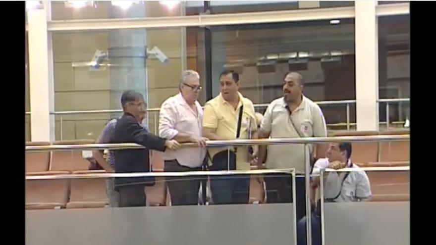 La presidenta de la Asamblea de Madrid expulsa a un grupo de afectados por la venta de viviendas a fondos buitre