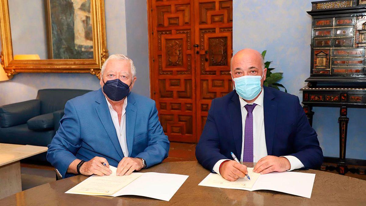 Firma entre la Diputación y la Real Academia.