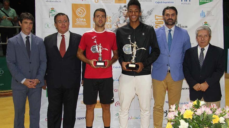 El consejero de Turismo y Deporte, presente en la entrega de trofeos a los finalistas de la Copa Sevilla de tenis.
