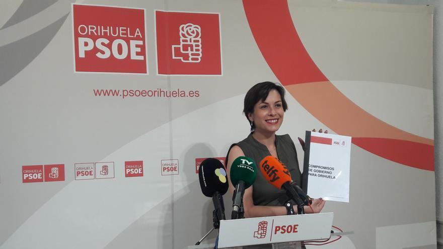 La portavoz del PSOE de Orihuela, Carolina Gracia, en rueda de prensa ofrecida este martes.
