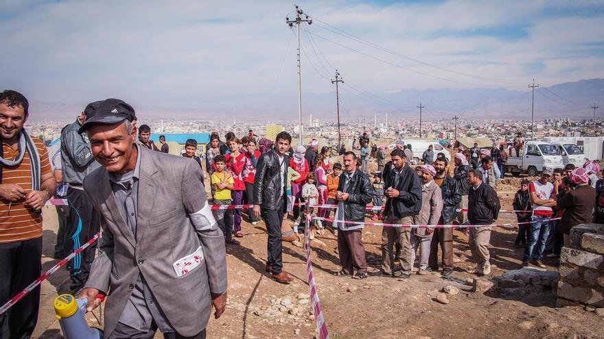 """MSF continuará haciendo clínicas móviles mientras siga habiendo desplazados   que se vean obligados a vivir en condiciones precarias en estos lugares.   """"Debido al frío, recibimos cada vez más personas con infecciones pulmonares"""", explica Sita Cacioppe, coordinadora del equipo médico en Dohuk. /FOTO: Gabrielle Klein/MSF"""