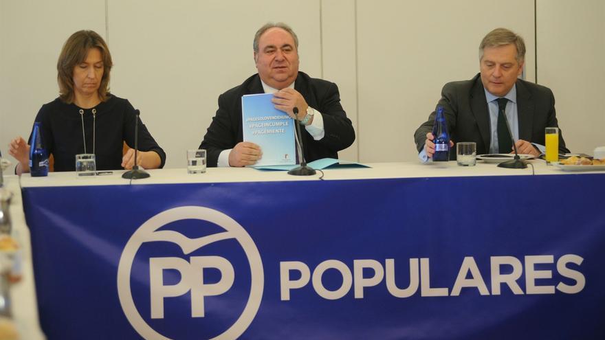 Ana Guarinos, Vicente Tirado (centro) y Francisco Cañizares (dcha.)