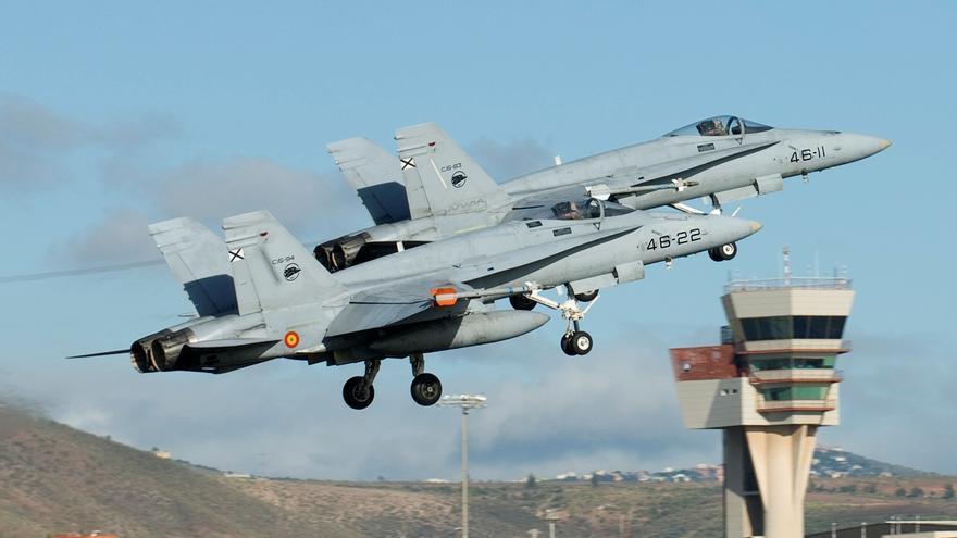 Dos cazabombarderos F-18 del Ejército del Aire despegando de la base aérea de Gando, en Gran Canaria. EFE