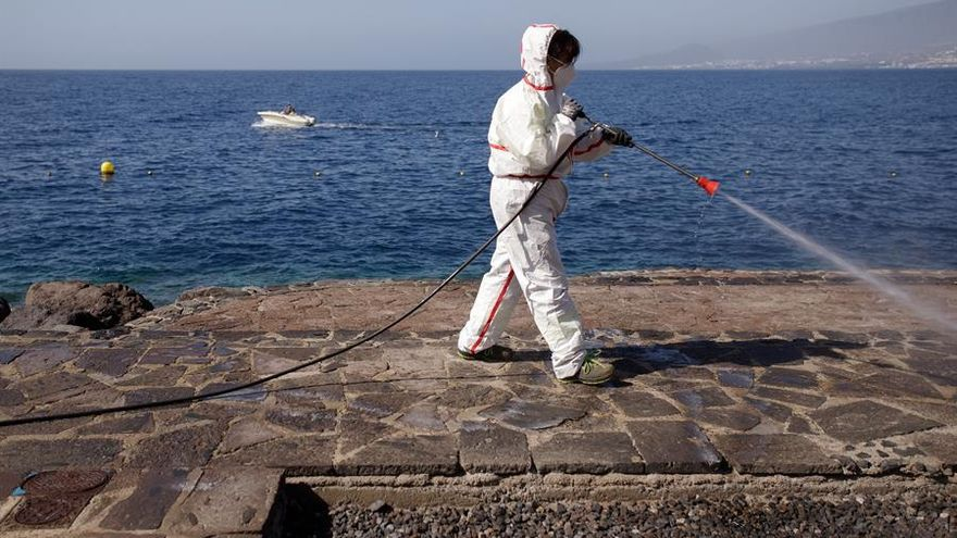 Desinfección de la zona de baño en Radazul, Tenerife, en el primer día de reapertura de playas