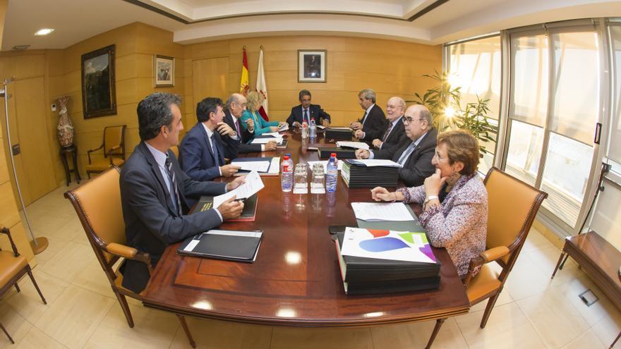 Miguel Ángel Revilla preside la reunión del Consejo de Gobierno de Cantabria.   RAÚL LUCIO
