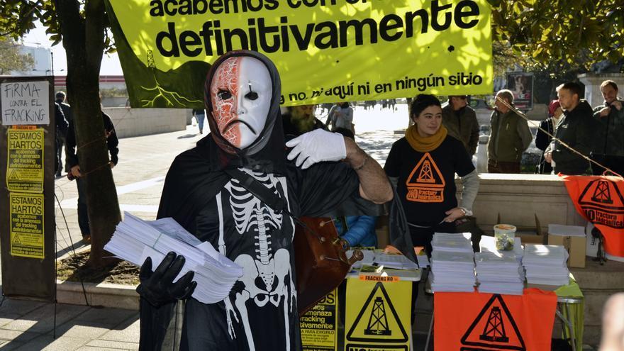 El fracking, representado por la muerte en una de las movilizaciones de la Asamblea contra esta técnica. | RUBÉN VIVAR