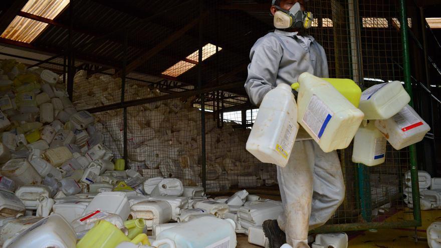 Zona de residuos de envases agrotóxicos en Lucas do Rio Verde, donde el promedio de exposición de los habitantes por agrotóxica es muy superior al promedio nacional