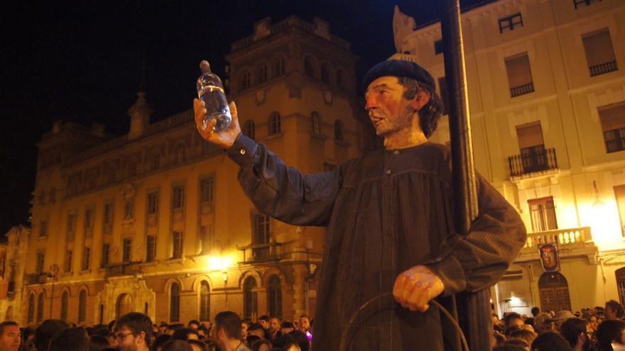 Imagen de Genarín en la procesión pagana que cada Jueves Santo congrega a miles de fieles en León