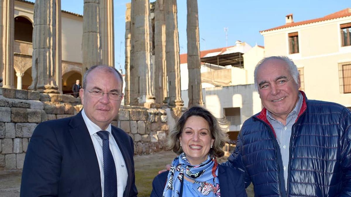 El presidente del PP, José Antonio Monago, la portavoz del grupo popular en Mérida, Pilar Nogales, y el presidente del PP de Mérida, Pedro Acedo