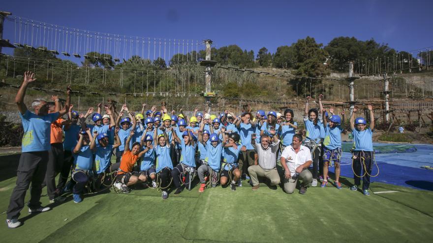 El consejero de Deportes, Ángel Víctor Torres, junto al gerente del Instituto Insular de Deportes, Alfredo Gonçalves, y niños en Grancaventura.
