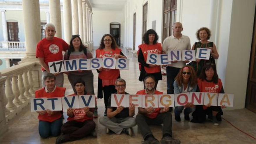 Una protesta de extrabajadores de RTVV contra el cierre de la cadena. / @jupetiroig