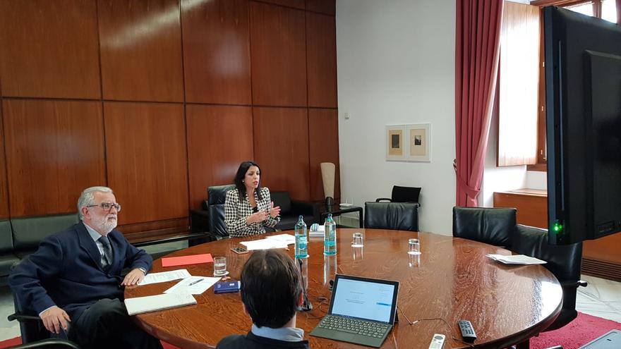 La presidenta del Parlamento andaluz, Marta Bosquet, en conversación telemática con los miembros de la Mesa.