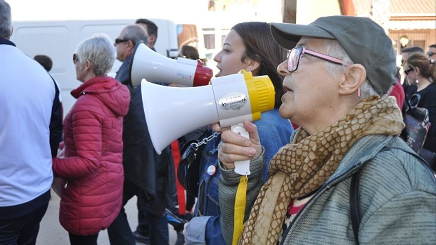 Manifestantes al grito de megáfonos en Los Alcázares, Cartagena (Murcia)