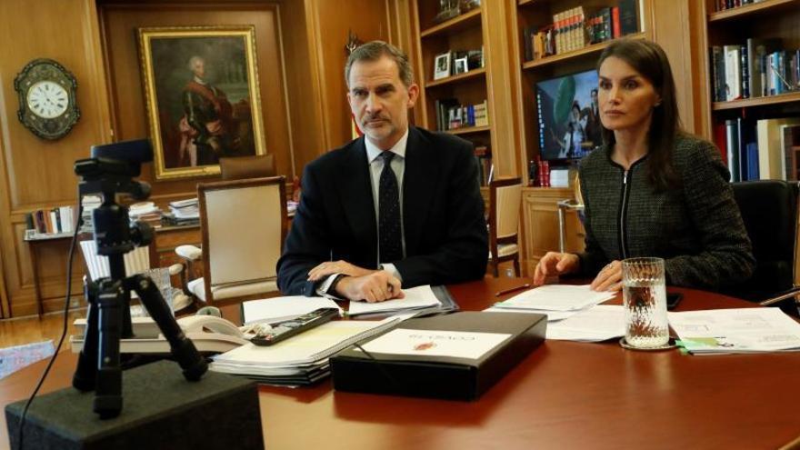 El rey de España Felipe VI y la reina Letizia mantienen una videoconferencia con el presidente del Consejo General de Psicólogos de España, Francisco Santolaya, este miércoles, desde el Palacio de la Zaruela.