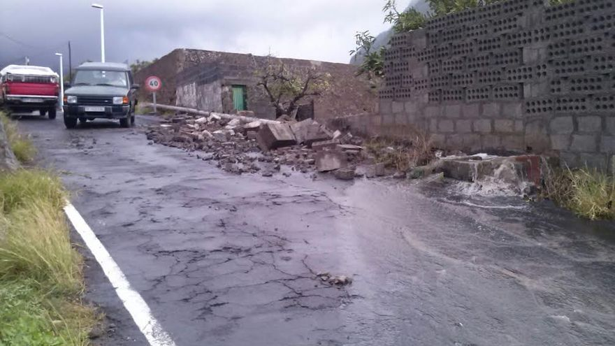 En imagen, un muro de una finca agraria derribado por el fuerte viento.