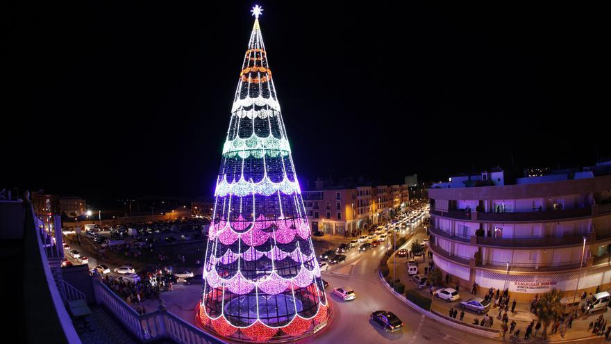 El árbol de Navidad iluminado más alto de España se puede ver en Puente Genil (Córdoba).