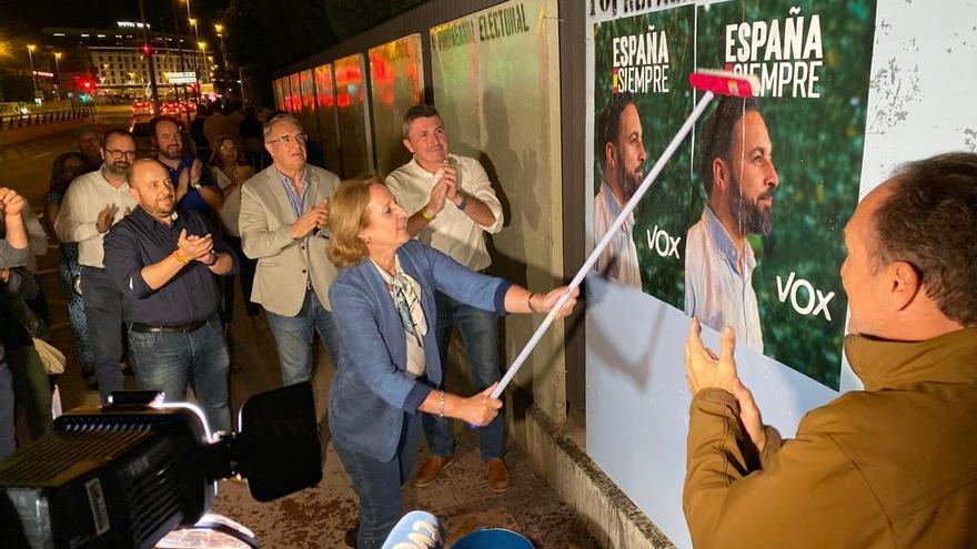 La diputada por Vox en el Congreso, Lourdes Méndez, pega carteles en el comienzo de la campaña electoral del 10N