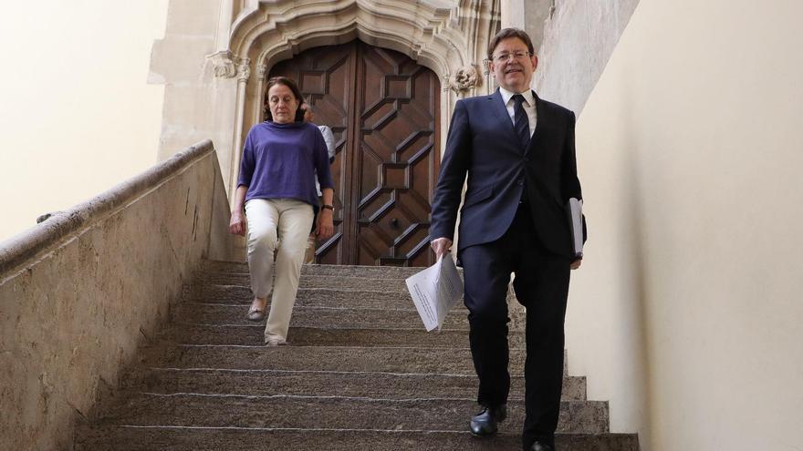 El presidente de la Generalitat Valenciana, Ximo Puig, acompañado de la subdirectora general de Epidemiología, Hermelinda Vanaclocha.