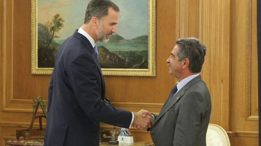 Revilla regala a Felipe VI anchoas, hojaldres y queso