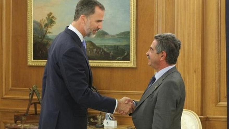 Revilla regala a Felipe VI anchoas, hojaldres y queso
