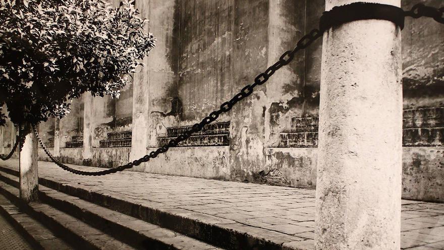 Gradas de la catedral de Sevilla, donde se realizaban los intercambios comerciales y también las compraventas de esclavos. Archivo de la Universidad de Sevilla (archivo personal del profesor Juan de Mata Carriazo Arroquia)
