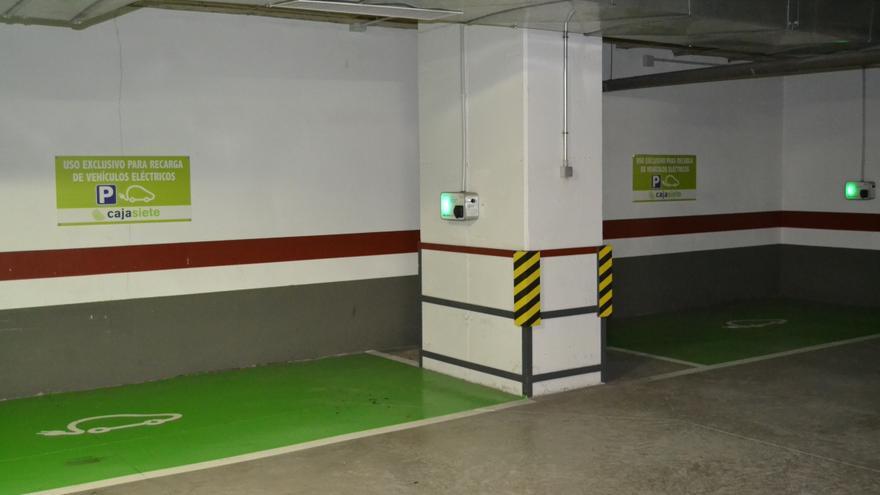 Puntos de recarga de vehículos eléctricos en la sede central de Cajasiete