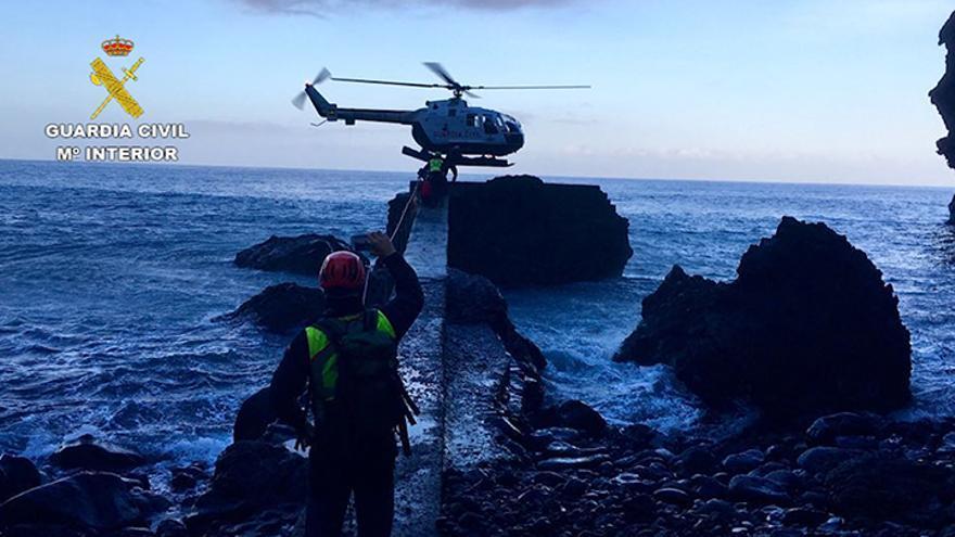 Momento en que el helicóptero procede al rescate del accidentado y del resto del grupo