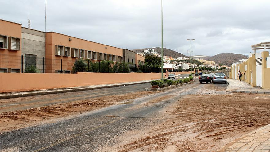 Carretera embarrada junto al I.E.S.Arguineguín