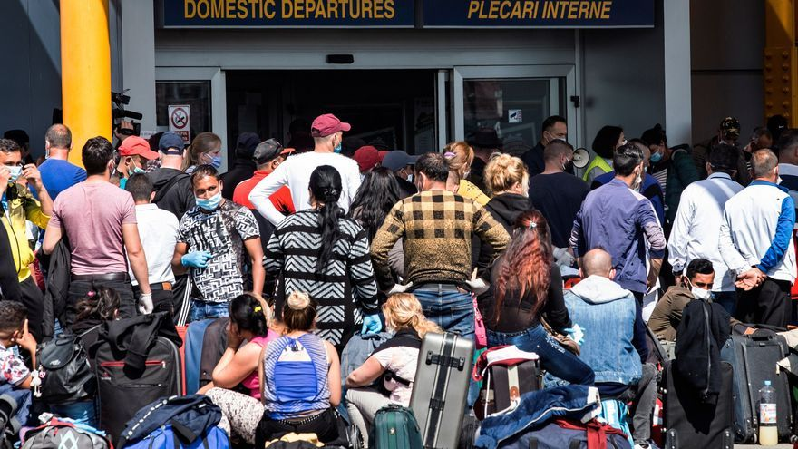 Trabajadores temporeros en Rumanía a la espera de entrar en el aeropuerto rumano de Cluj-Napoca para volar hacia Alemania, después de que este país relajara las prohibiciones de acceso para que se incorporen a la recogida del espárrago y la fresa
