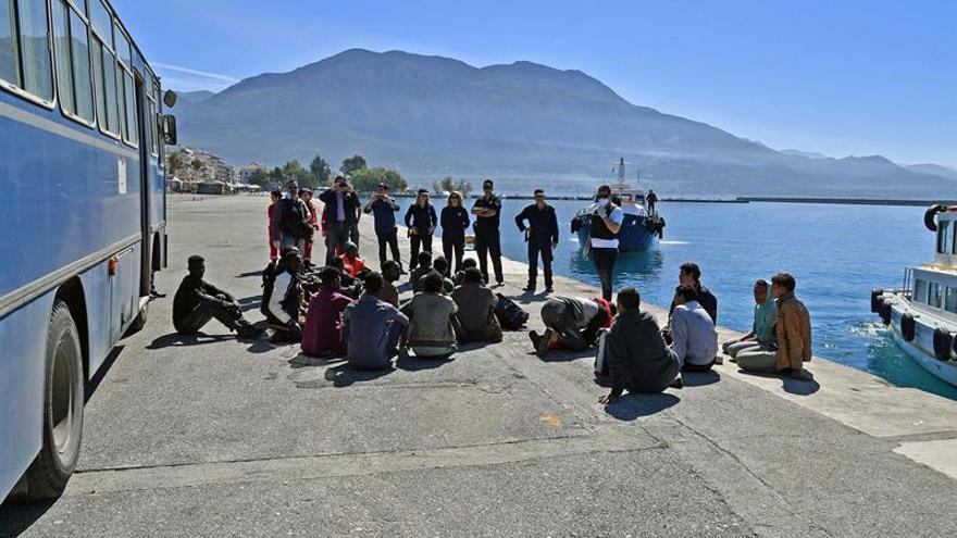 La guardia costera griega rescata a 85 migrantes en un velero en el sur de Peloponeso