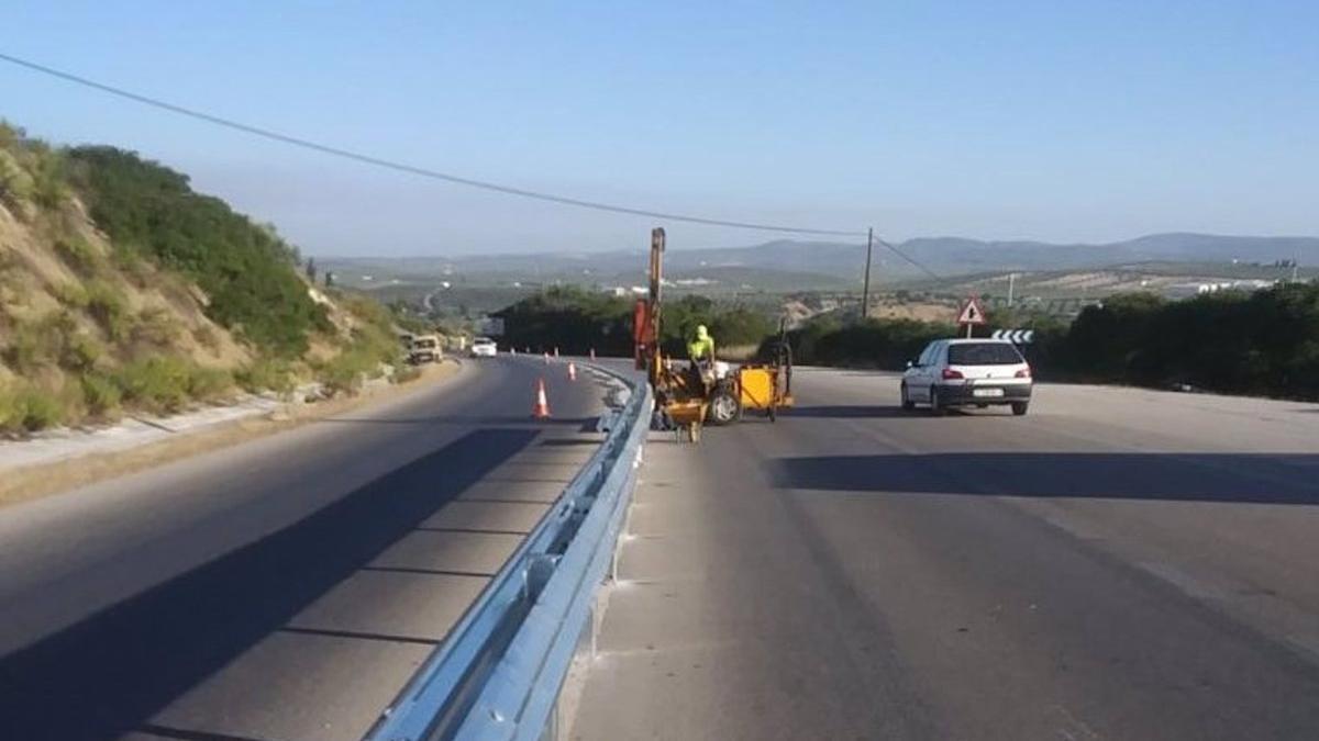 Imagen de la instalación de barreras de seguridad en la carretera A-318 en Cabra (Córdoba)