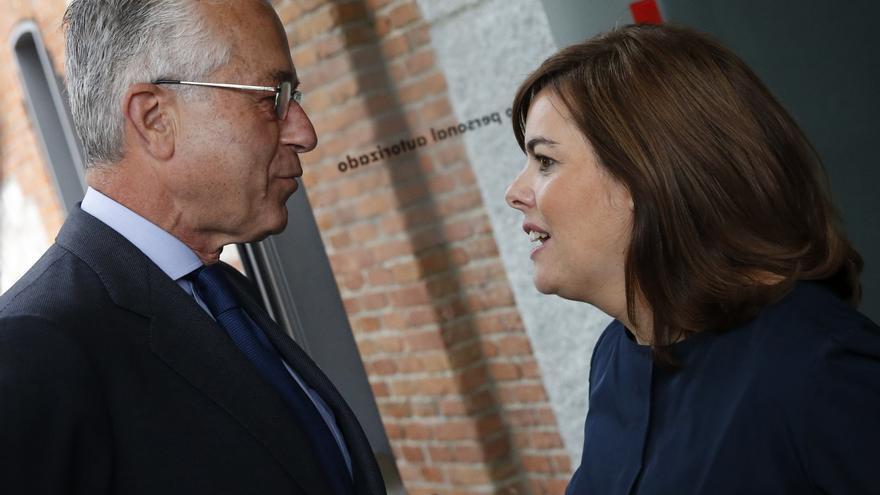 El expresidente de Tragsa, Miguel Giménez de Córdoba, conversa con la exvicepresidenta del Gobierno, Soraya Sáenz de Santamaría