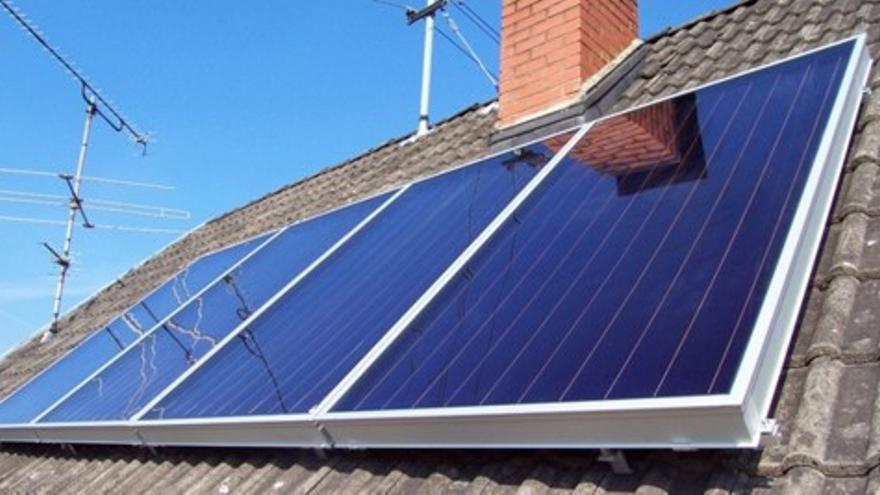 Placa solar instalada en hogar / Tormosolar