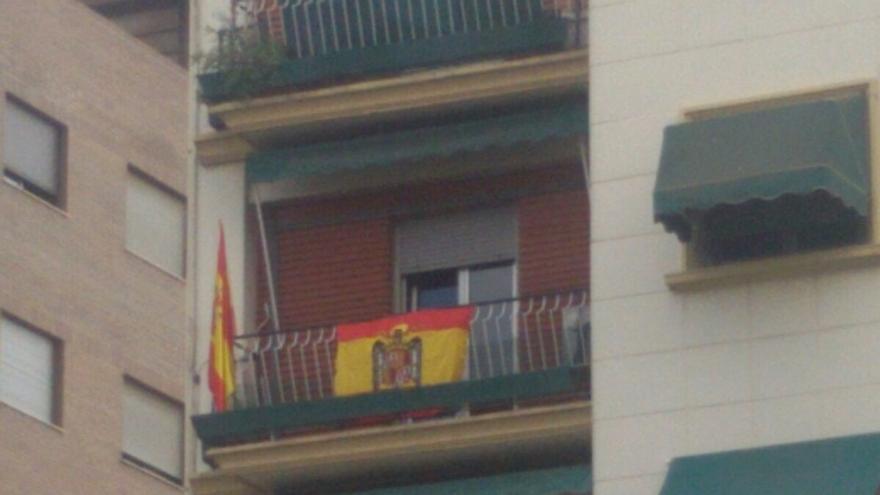 Bandera franquista en un balcón en Valencia.
