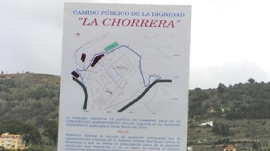 Cartel declarando el uso público del camino.