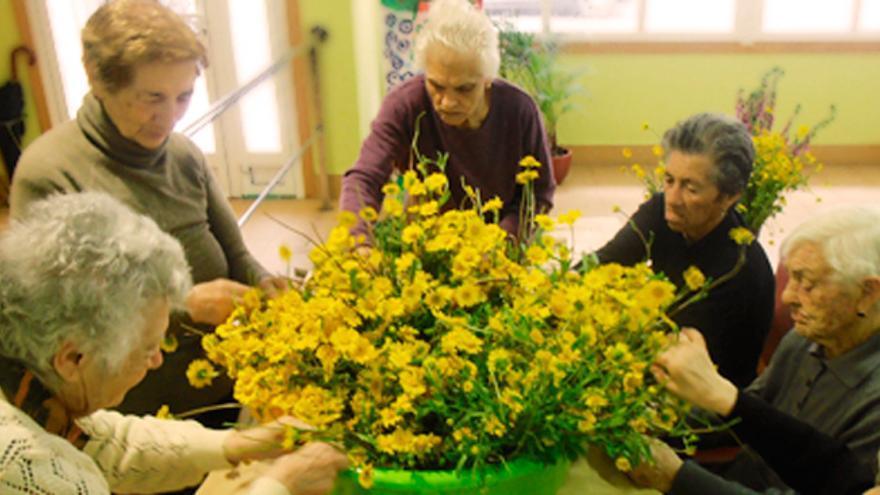 Un grupo de ancianos en un centro de día