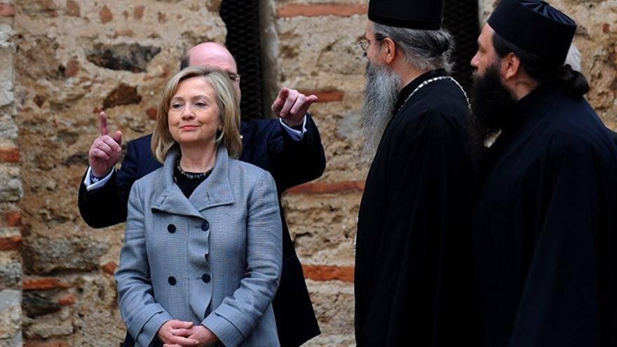 Hillary Clinton, en una visita al monasterio ortodoxo de Gracanica, en Kosovo, en 2010. Detrás de ella, el embajador Christopher Dell. Foto: Georgi Licovski, Efe.