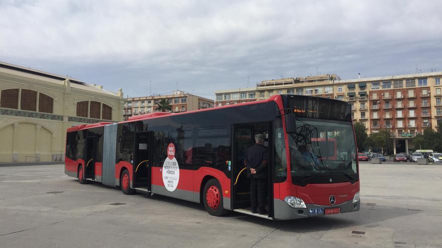 Uno de los 36 nuevos autobuses que empiezan a funcionar en las líneas 19 y 99