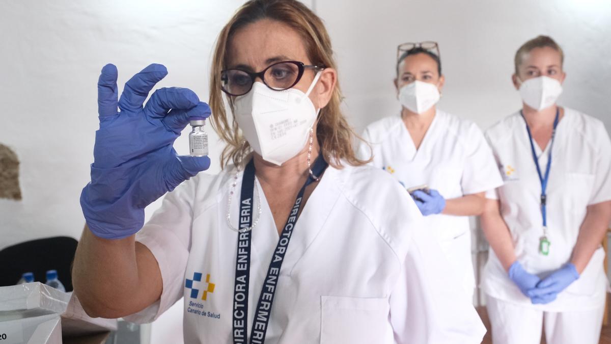 Una enfermera con una vacuna la COVID-19.