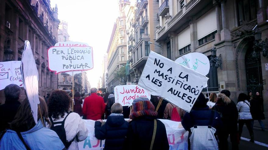 Pancartes amb reivindicacions del sector educatiu / @DocentsPrec