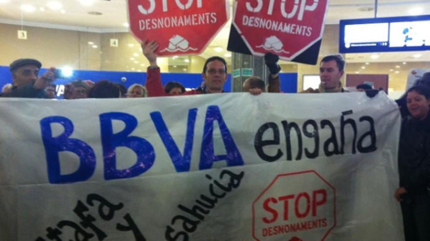 Activistas de la PAH protestan contra el BBVA para conseguir el alquiler social (@LA_PAH)