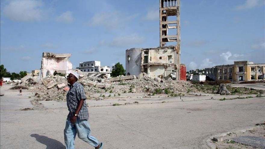 Al menos cinco muertos en dos explosiones en hotel de la capital somalí