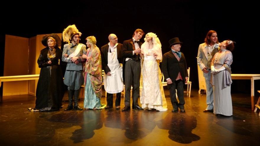 Representación de 'La boda de los pequeños burgueses', de Brecht, por la compañía de Ourense Muxicas.