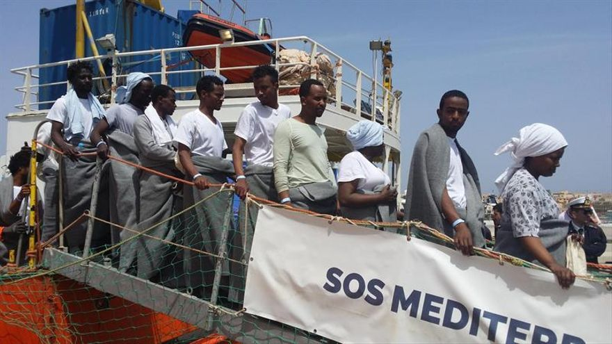 Un grupo de inmigrantes rescatados en alta mar desembarcan en Lampedusa (Italia).